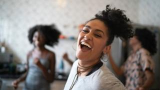 Mulheres dançam na cozinha