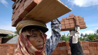 Perempuan pengangkat batu bata