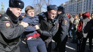 Полиция задерживает людей в Москве.
