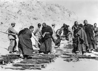 图为西藏武装被解放军缴械的资料照片。