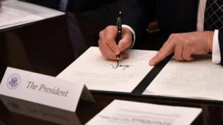 Трамп подписывает указ