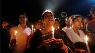 市民がろうそくを手にダッカ襲撃の犠牲者20人を追悼した