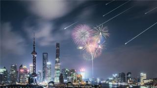 上海的天际线上,模拟人造流星雨。