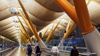 """""""الحيل النفسية"""" في تصميم المطارات لجذب الركاب"""