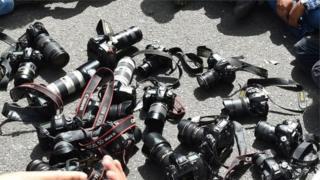 प्रदर्शन करते पत्रकारों के कैमरे