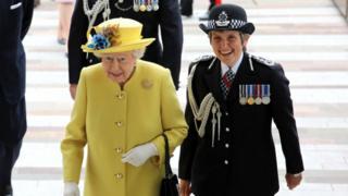 克麗絲達·狄克(Cressida Dick 右)是倫敦都會警察局第一位女首長。