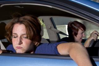 Mujer mareada en un coche.