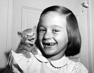 Фото Уолтера Чандохи, на котором изображена его дочь с котенком