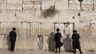 Judeus no Muro da Lamentações, em Jerusalém