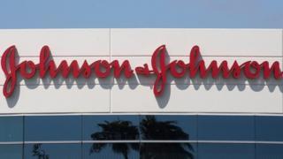 محكمة أمريكية تلزم شركة الأدوية الأمريكية جونسون آند جونسون بدفع ثمانية مليارات دولار تعويضا تأديبيا لرجل ادعى أن الشركة لم تحذره من أن دواء مضادا للذهان قد يتسبب في نمو حجم ثدييه