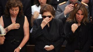 Lucia Hiriart Pinochet au milieu de ses deux filles, Lucia et Jacqueline à l'Académie militaire de Santiago, le 11 décembre 2006.