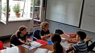 Grupa dece na času engleskog jezika