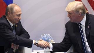 الرئيس الأمريكي دونالد ترامب (يمين) والروسي فلاديمير بوتين