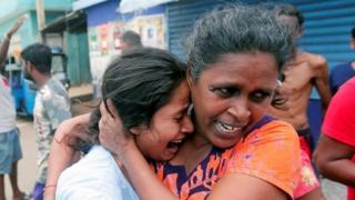రోదిస్తున్న యువతిని ఓదారుస్తున్న మరో మహిళ, శ్రీలంక