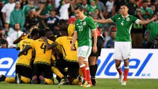 Jamaica celebra ante la mirada de los jugadores mexicanos