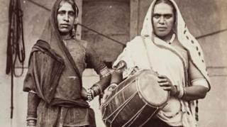 قضات هند خواجهها را با صفاتی نظیر مبدلپوش، گدا یا فاحشه غیرعادی توصیف میکردند