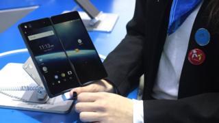 ভাঁজ করা সম্ভব 'ফোল্ডেবল' স্মার্টফোন তৈরির ক্ষেত্রে যথেষ্ট উন্নতি করেছে ফোন নির্মাতা প্রতিষ্ঠানগুলো