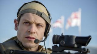 Actor prysur! Ymddangosodd Iwan Rheon yn y gyfres ddrama 'Our Girl' ar BBC One yn ddiweddar