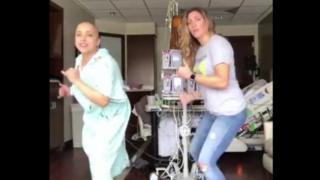 Ana Alecia Ayala y su amiga Danielle Andrus bailando
