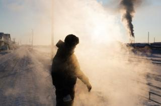 Ayal throws boiling water that instantly turns into steam. Temperatures are so low that some details of daily life take another dimension here: batteries only last a few minutes, pen ink freezes before one can write and it becomes dangerous to wear metal glasses. The locals also let their cars run all day, afraid it might not restart until spring.