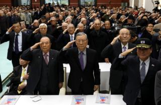 21일 오후 서울 용산 전쟁기념관에서 열린 9.19남북군사합의 국민 대토론회에 참석한 예비역 장성들이 국민의례를 하고 있다