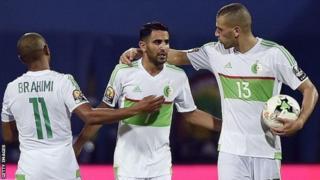 Riad Mahrez oo ka muuqda bartanka ayaa laf dhabar u ahaa dalka Algeria