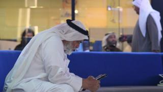 Homem em Dubai usa telefone celular