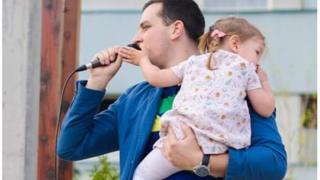 Građanin Požege na protestu sa ćerkom u rukama