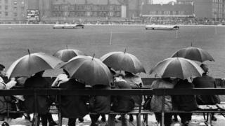 ওভাল ১৯৪৬, বৃষ্টিতে পন্ড ক্রিকেট ম্যাচ দেখতে আসা দর্শকরা ছাতার নিচে