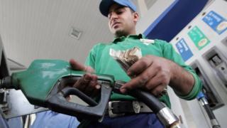 عامل في محطة بيع الوقود في القاهرة