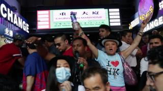 香港少数族群居民周日向游行人士派发瓶装水,显示团结。