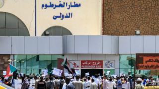 حركة إقلاع وهبوط الطائرات تعطلت في مطار الخرطوم