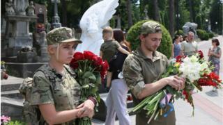 Среди погибших в боях на Светлодарской дуге - оперный певец Василий Слипак. Бойца ДУК ПС с почестями похоронили во Львове 1 июля 2016 года