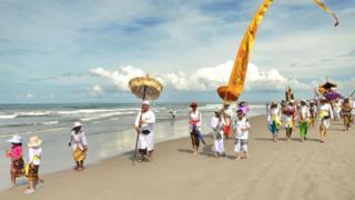 """Hinduistas de Bali en la playa para la ceremonia de purificación conocida como """"Melasti""""."""