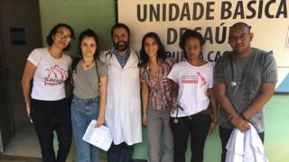 Marina Abreu Corradi Cruz com profissionais da Rede Nacional de Médicas e Médicos Populares