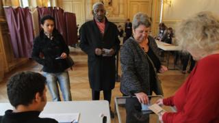 الفرنسيون يصوتون في الجولة الأولى من الانتخابات الرئاسية الفرنسية