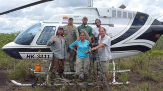 Blanca Huertas junto a un equipo de exploradores frente a un helicóptero en el Parque Nacional Chiribiquete en Colombia. (Foto: Museo de Historia Natural de Londres).