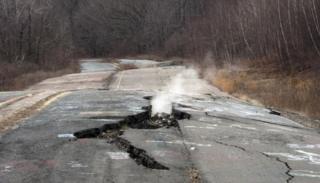 Ruta dañada y con humo en Centralia, Pensilvania.