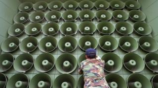 تبث مكبرات الصوت نشرات جوية وإخبارية وموسيقى ودعايات منتقدة