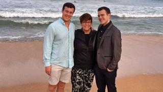 Fotografía de Sheila con sus dos hijos.