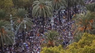 Cuộc tuần hành ủng hộ độc lập diễn ra gần nghị viện ở Barcelona