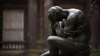 скульптура мужчины в печали
