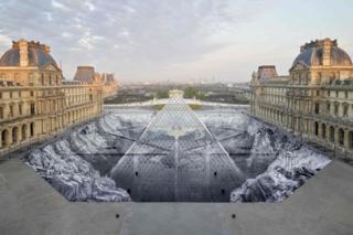 د پاریس د لوفغ په انګړ کې فرانسوي هنرمن جې اېغ د دغه ښیښه يي حرم د دېرش کلنۍ په پار دا درې بعدي انځور جوړ کړ. خو په څو ساعتونو کې د سیلانیانو د ګرځېدو له امله بېرته ویجاړ شو.