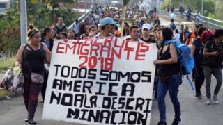 Migrantes caminham pela rua de Chiapas