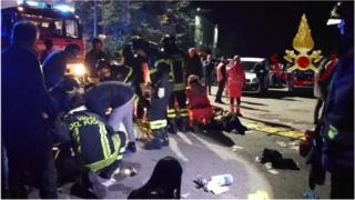 Des secouristes au chevet des blessés, après la bousculade meurtrière de Corinaldo