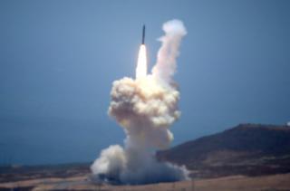 加州范登堡空军基地发射的一枚拦截导弹