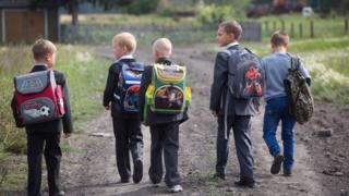 Школьники идут в сельскую школу