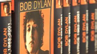 کتاب ترانههای باب دیلن که اکنون با اهدای جایزه نوبل ادبیات، در قفسه آثار برندگان نوبل جای خواهد گرفت