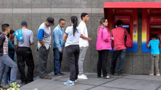 Queue at cashpoint in Caracas, 21 Aug 18