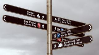 Street signs in Welsh and English
